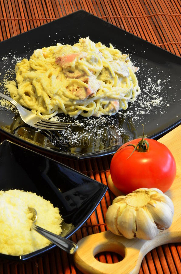 Paraboloïde italien de carbonara de spaghetti photographie stock libre de droits