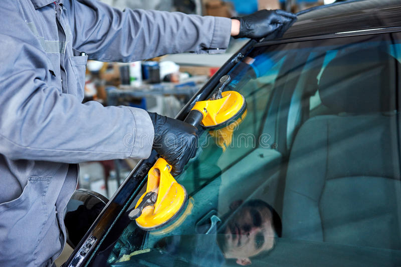 Parabrezza dell'automobile o sostituzione del tergicristallo immagine stock libera da diritti