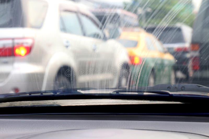 Parabrisas sucio, sucio de cristal auto de la contaminación con la visión interior en coche fotografía de archivo libre de regalías