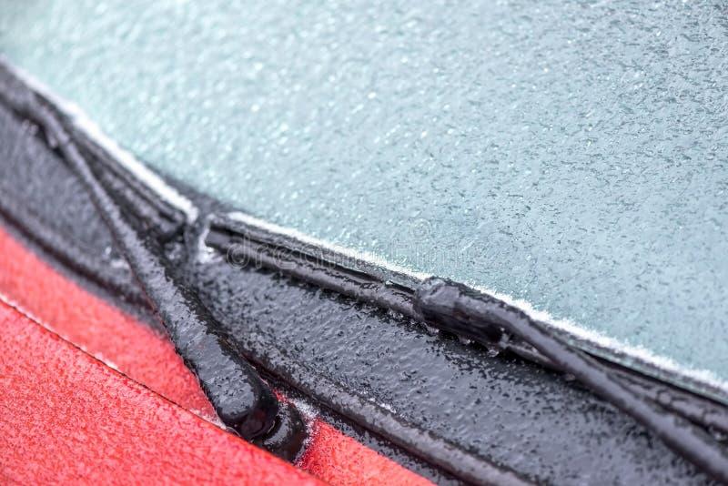 Parabrisas y limpiadores congelados de un coche imagenes de archivo