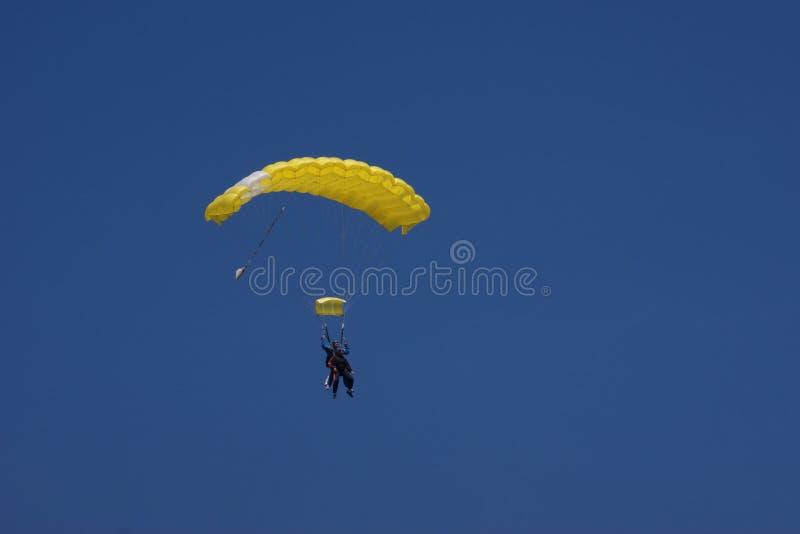 Paracaídas amarillo fotografía de archivo