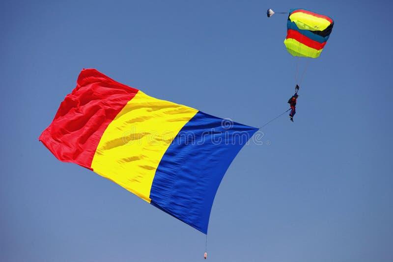Paracaídas con la bandera rumana fotografía de archivo