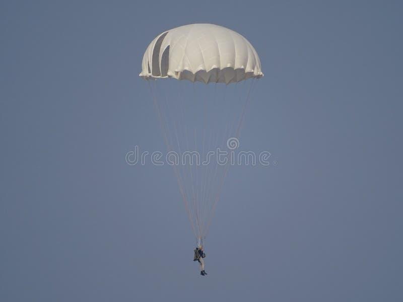 Paracaídas de entrenamiento D-1-5U contra el cielo despejado fotografía de archivo