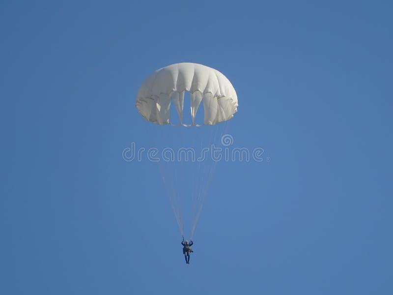 Paracaídas de entrenamiento D-1-5U contra el cielo despejado imagenes de archivo