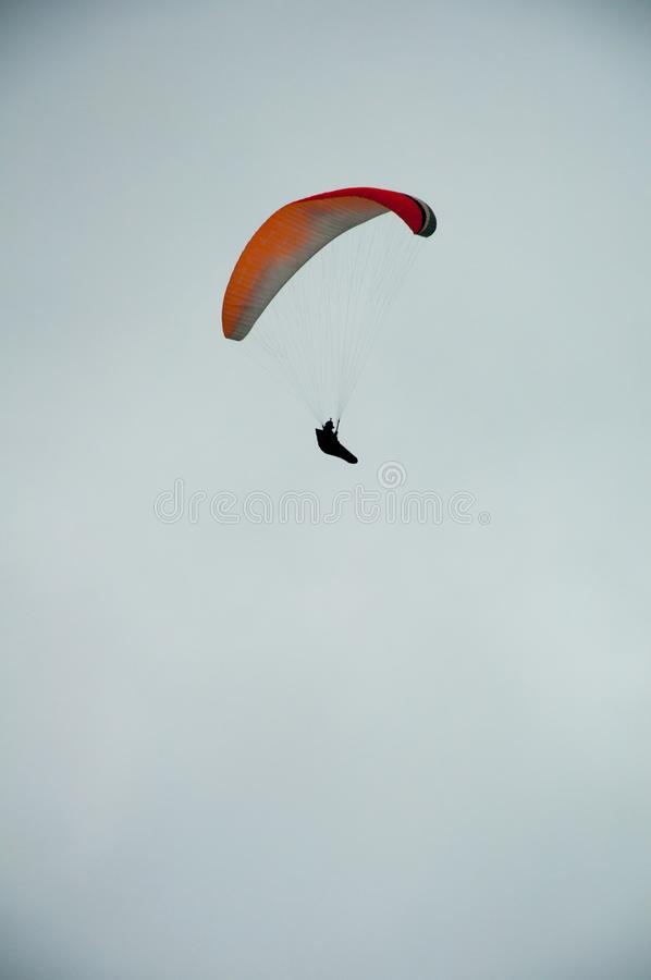 Paracaídas en el cielo foto de archivo libre de regalías