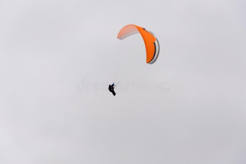 Paracaídas en el cielo imagen de archivo libre de regalías