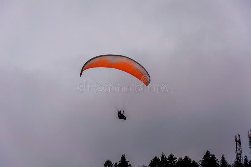 Paracaídas en el cielo foto de archivo