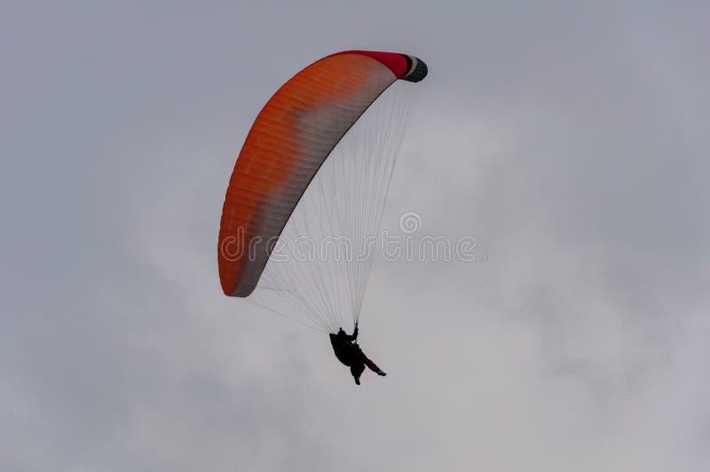 Paracaídas en el cielo imagenes de archivo