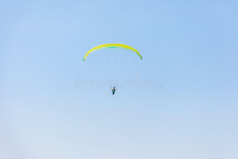 Paracaídas en el cielo fotos de archivo