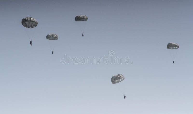 Paracaídas en el salón aeronáutico fotografía de archivo