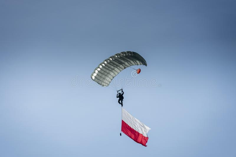 Paracadutista con la bandiera polacca immagine stock