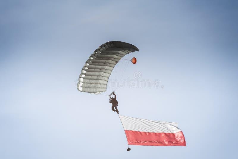 Paracadutista con la bandiera polacca immagini stock libere da diritti