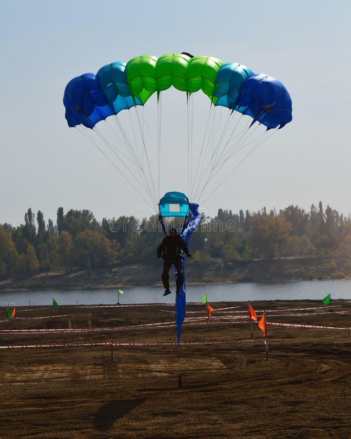Paracadutista di atterraggio immagine stock libera da diritti