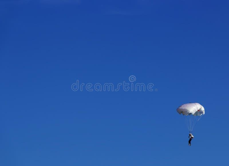 Paracadutista e cielo blu fotografia stock libera da diritti