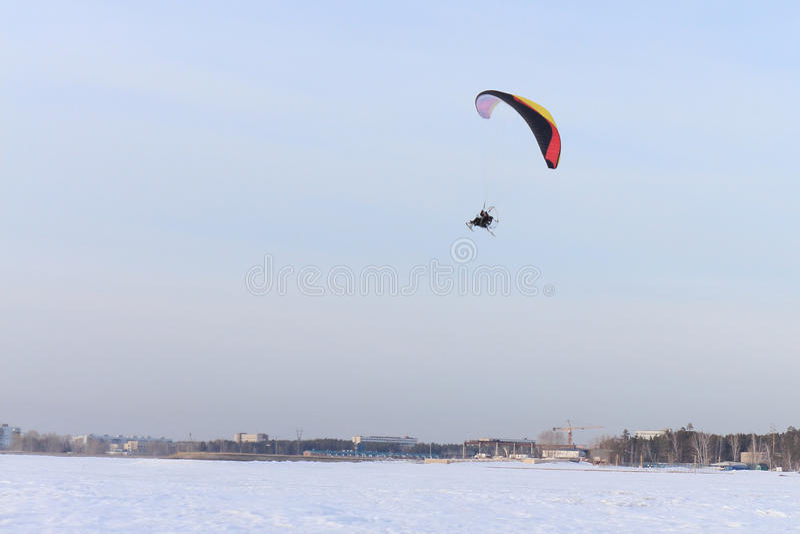 Paracadutista nel cielo fotografie stock