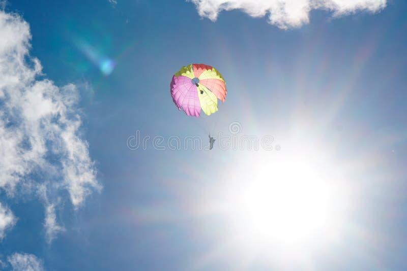 Paracadutista nel cielo: carta da parati fotografia stock