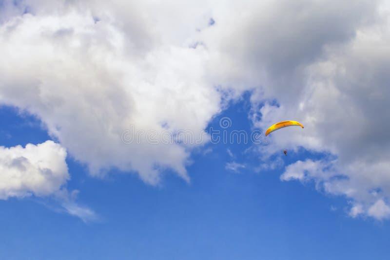 Paracadutista nelle nuvole fotografia stock