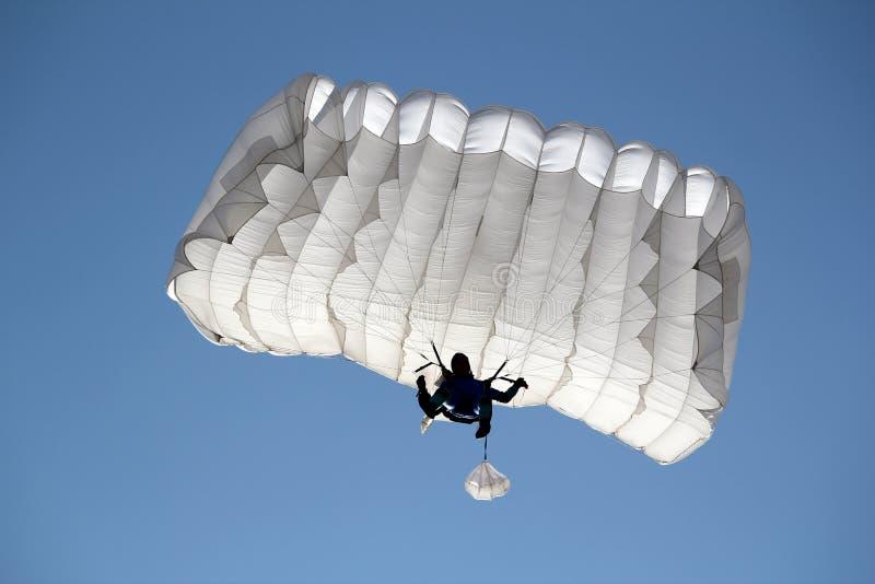 Paracadutista su cielo blu immagini stock