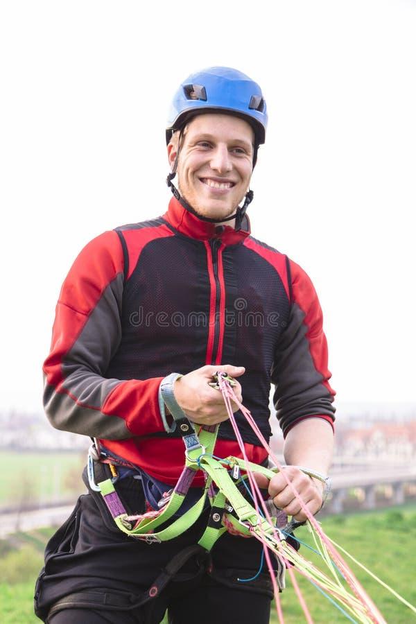 Paracaidista aterrizado en sonrisas uniformes rojas in camera fotografía de archivo