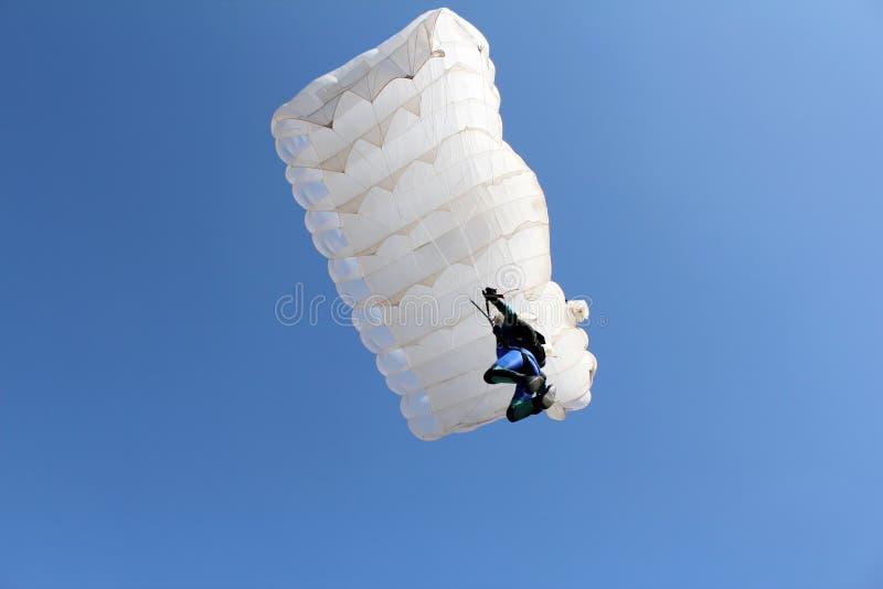 Paracaidista con el paracaídas blanco fotos de archivo