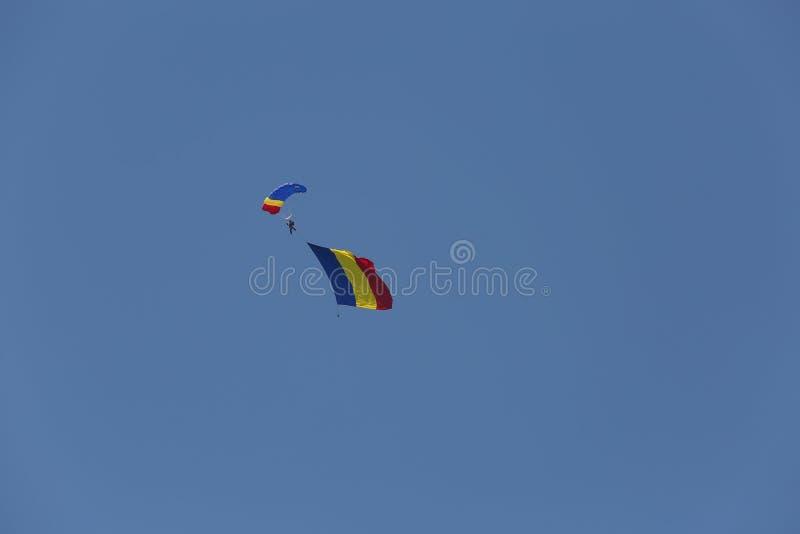 Paracaidista con la bandera de Rumania imágenes de archivo libres de regalías