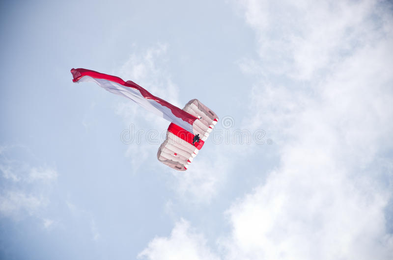 Paracaidista con la bandera polaca en Radom Airshow, Polonia imagen de archivo