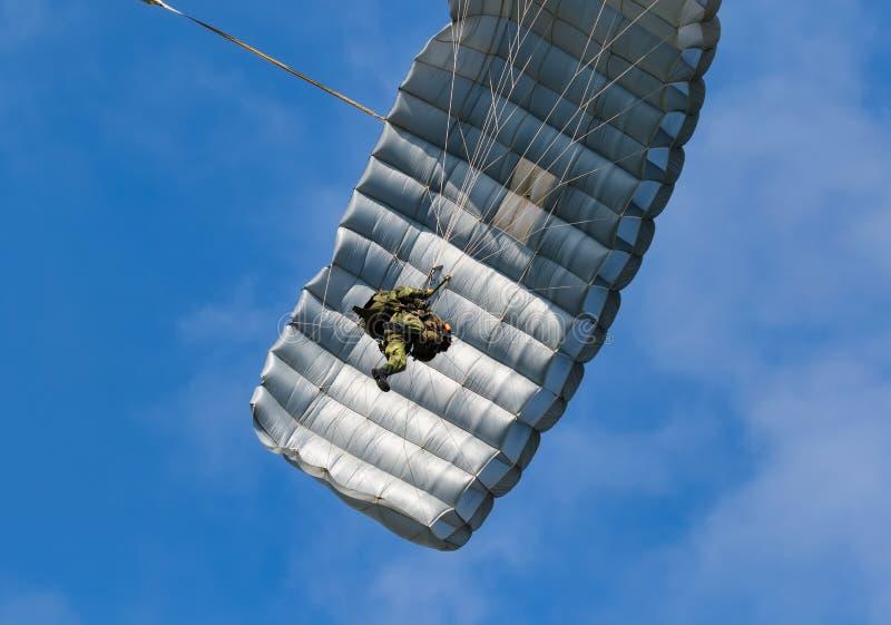Paracaidista contra el cielo azul fotos de archivo