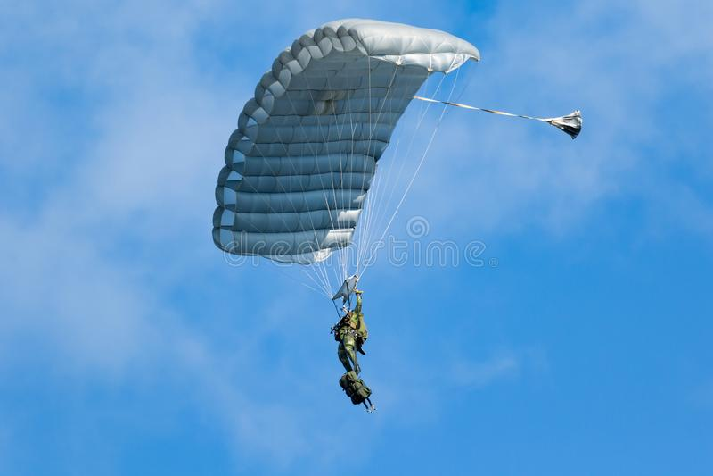 Paracaidista contra el cielo azul imagen de archivo