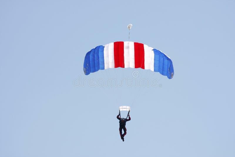 Paracaidista contra un cielo azul fotos de archivo libres de regalías