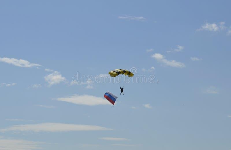 Paracaidista de Airshow contra el cielo azul fotografía de archivo