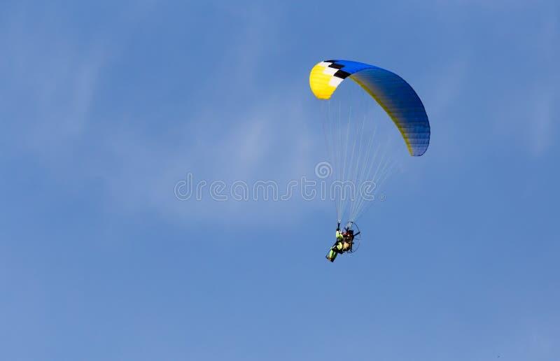 Paracaidista en el cielo fotos de archivo libres de regalías
