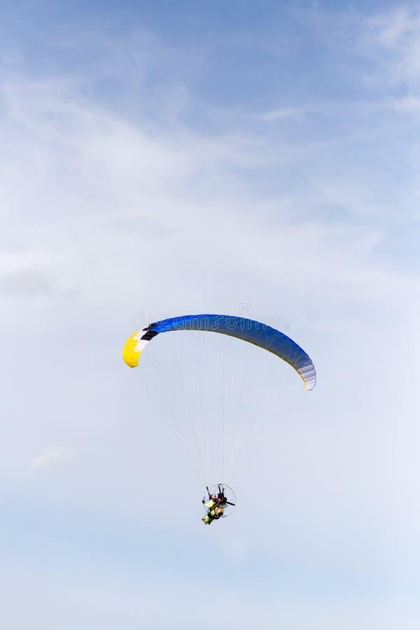 Paracaidista en el cielo imágenes de archivo libres de regalías
