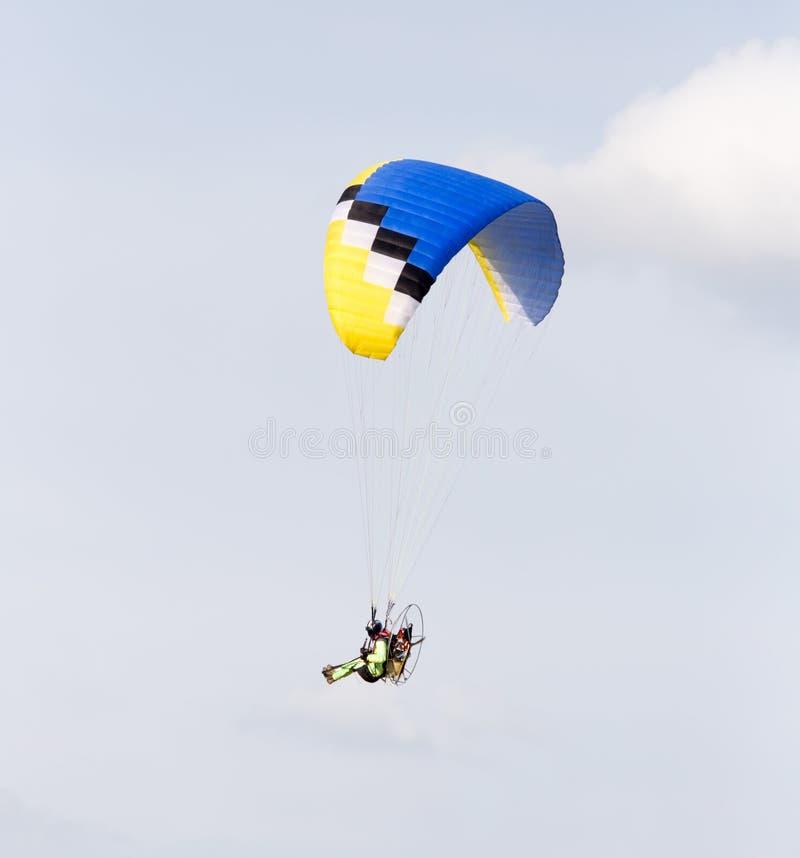 Paracaidista en el cielo imagenes de archivo