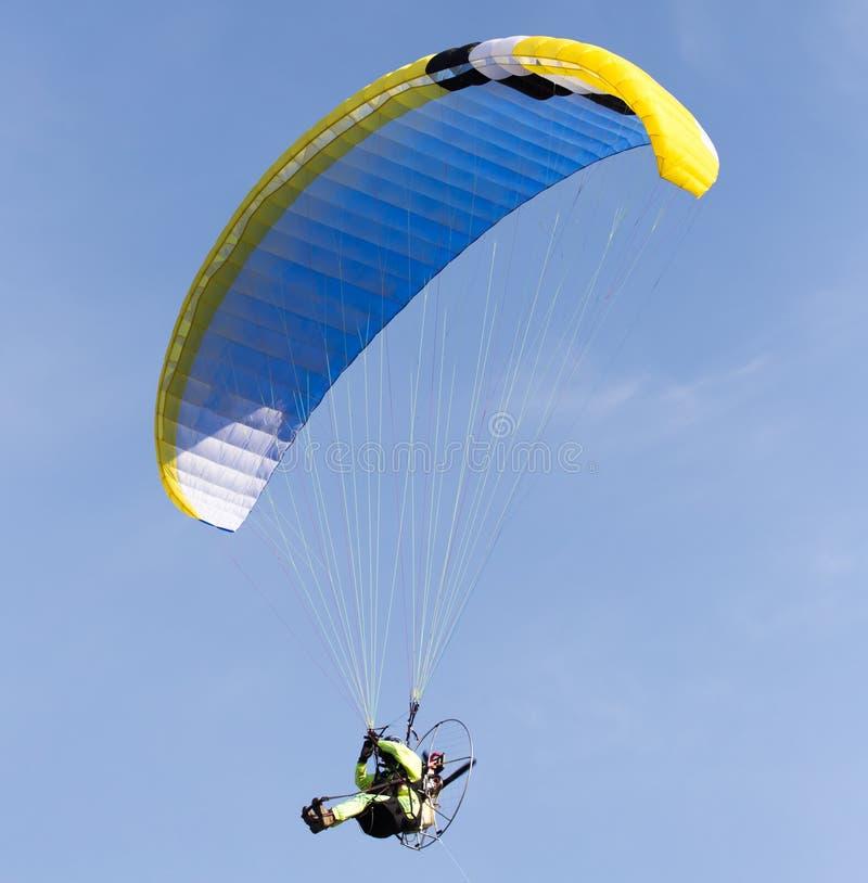 Paracaidista en el cielo fotografía de archivo
