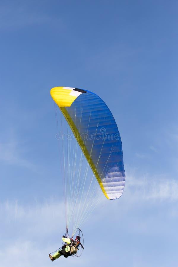 Paracaidista en el cielo imagen de archivo