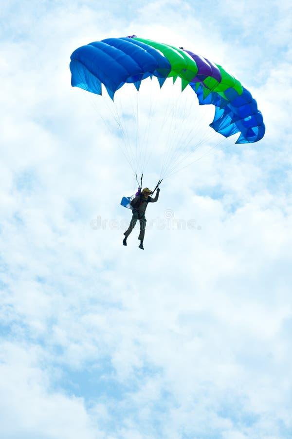 Paracaidista en el cielo azul imagenes de archivo