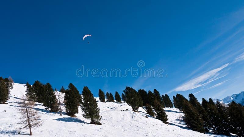 Paracaidista en el cielo sobre la cuesta de montaña fotos de archivo libres de regalías