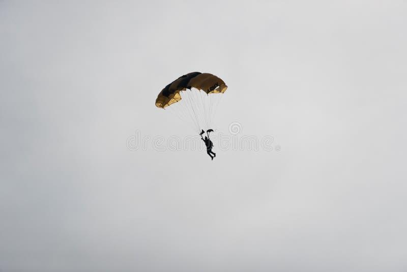 Paracaidista en el cielo en un día nublado imágenes de archivo libres de regalías