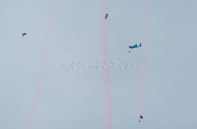 Paracaidista en el cielo en un día nublado fotografía de archivo libre de regalías