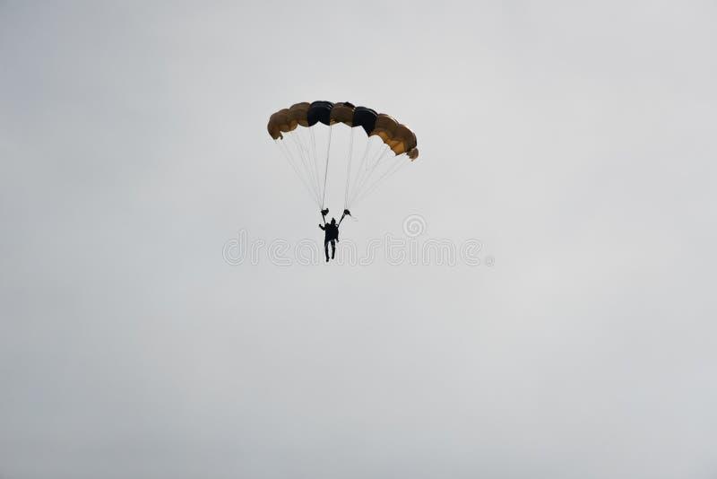 Paracaidista en el cielo en un día nublado foto de archivo