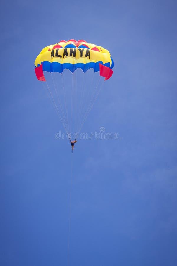 Paracaidista en el vuelo del molinete regulador sobre el Mar Negro en Turquía Mayo de 2013 fotografía de archivo libre de regalías