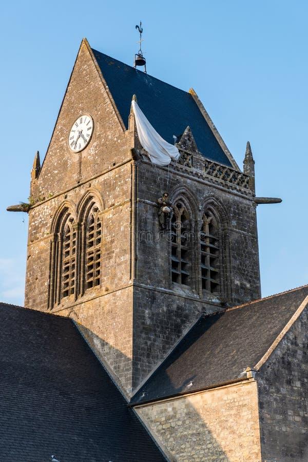 Paracaidista en la Sainte-simple-Eglise iglesia, Normand?a, Francia imágenes de archivo libres de regalías