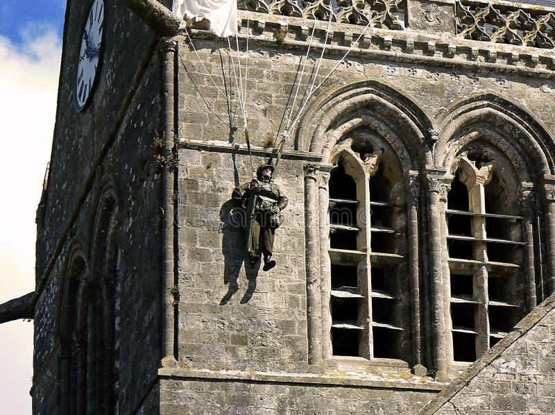 Paracaidista en la torre de alarma, Normandía fotos de archivo libres de regalías