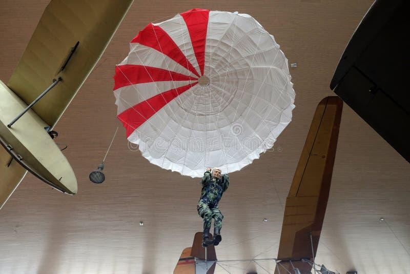 Paracaidista en Nikola Tesla Technical Museum en Zagreb imagenes de archivo