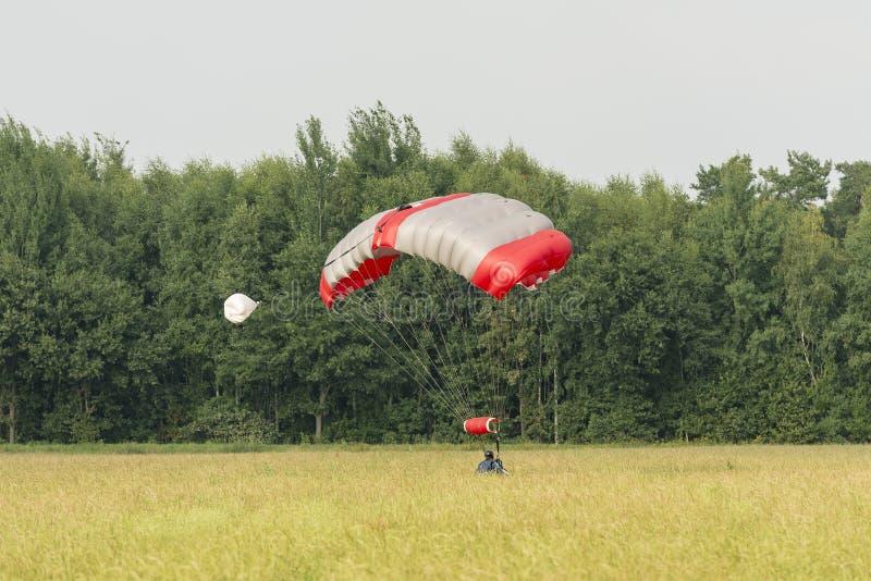 Paracaidista en un campo fotos de archivo