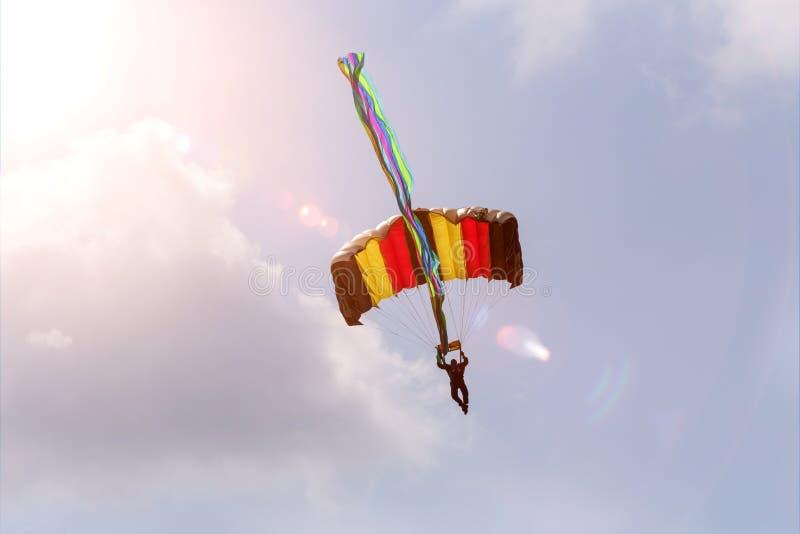 Paracaidista en un cielo del verano foto de archivo