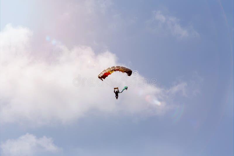 Paracaidista en un cielo del verano fotografía de archivo libre de regalías