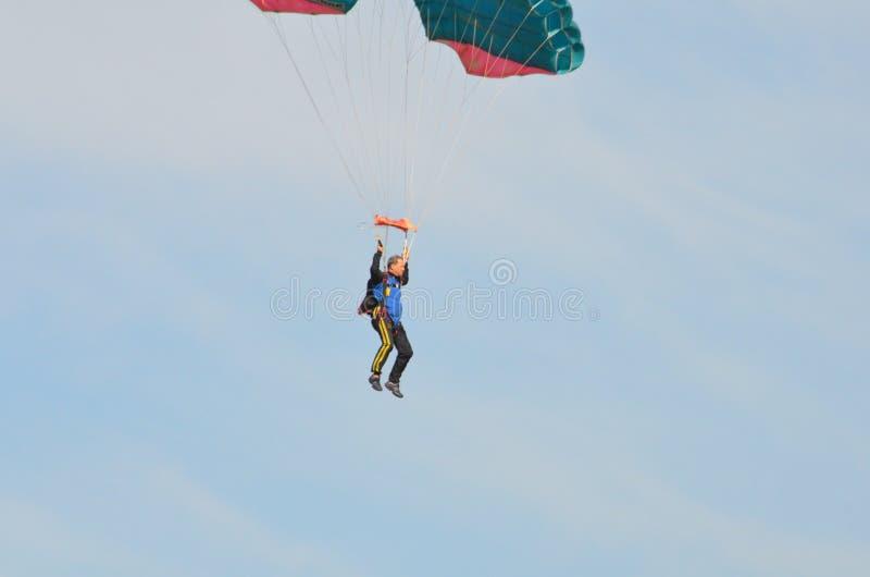 Paracaidista que se divierte durante vuelo del día fotografía de archivo libre de regalías