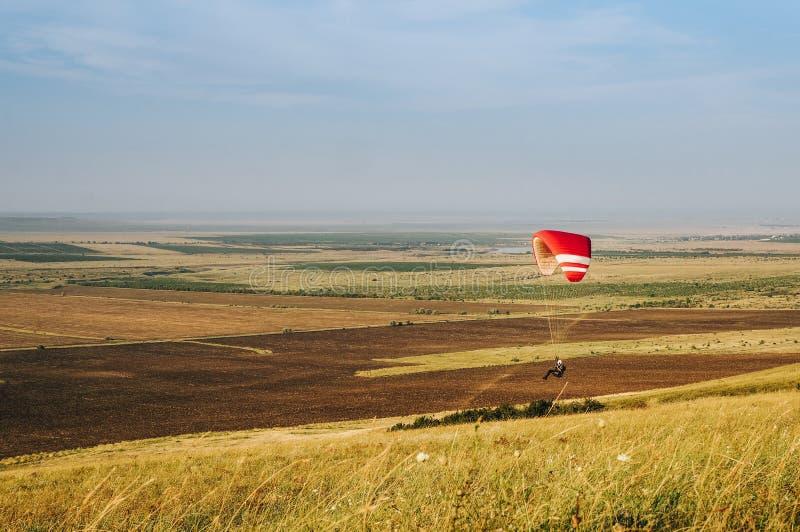 Paracaidista que vuela sobre la naturaleza hermosa de Cárpatos, Ucrania, imágenes de archivo libres de regalías