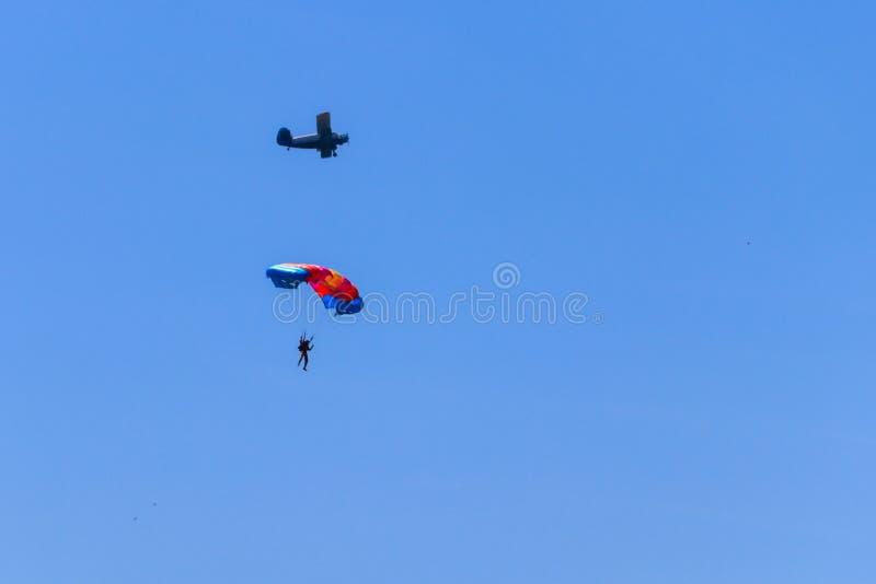 Paracaidista y aeroplano en cielo azul Forma de vida activa Deporte extremo fotografía de archivo